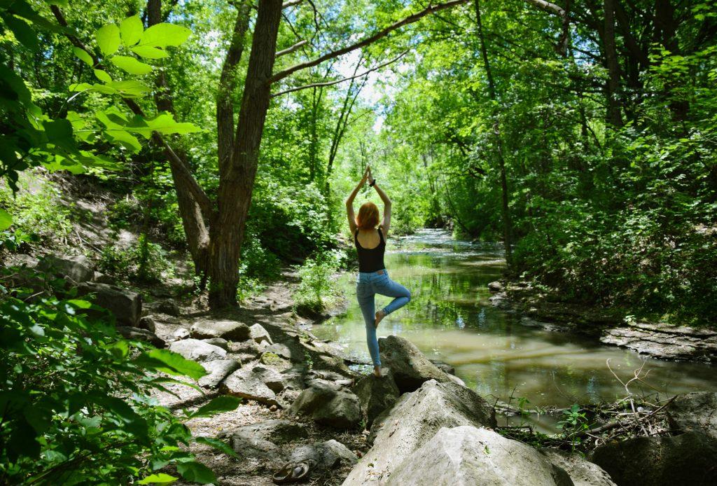 femme yoga dans la nature
